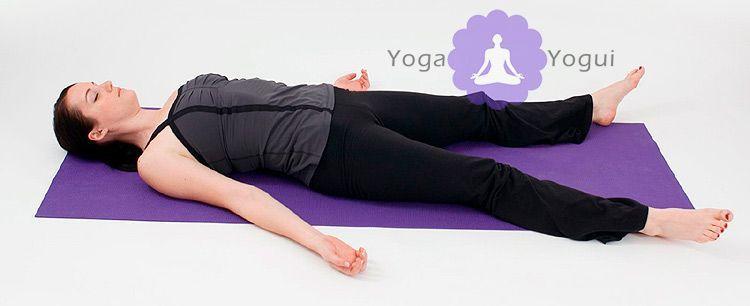 Savasana postura de yoga del muerto o cadáver